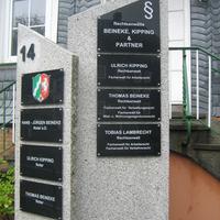 Plexiglas-Schilder auf Granitplatte