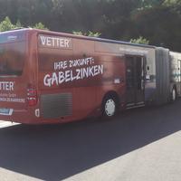 Busbeschriftung Gelenkbus mit auffälliger Werbebotschaft für die VETTER Industrie GmbH.